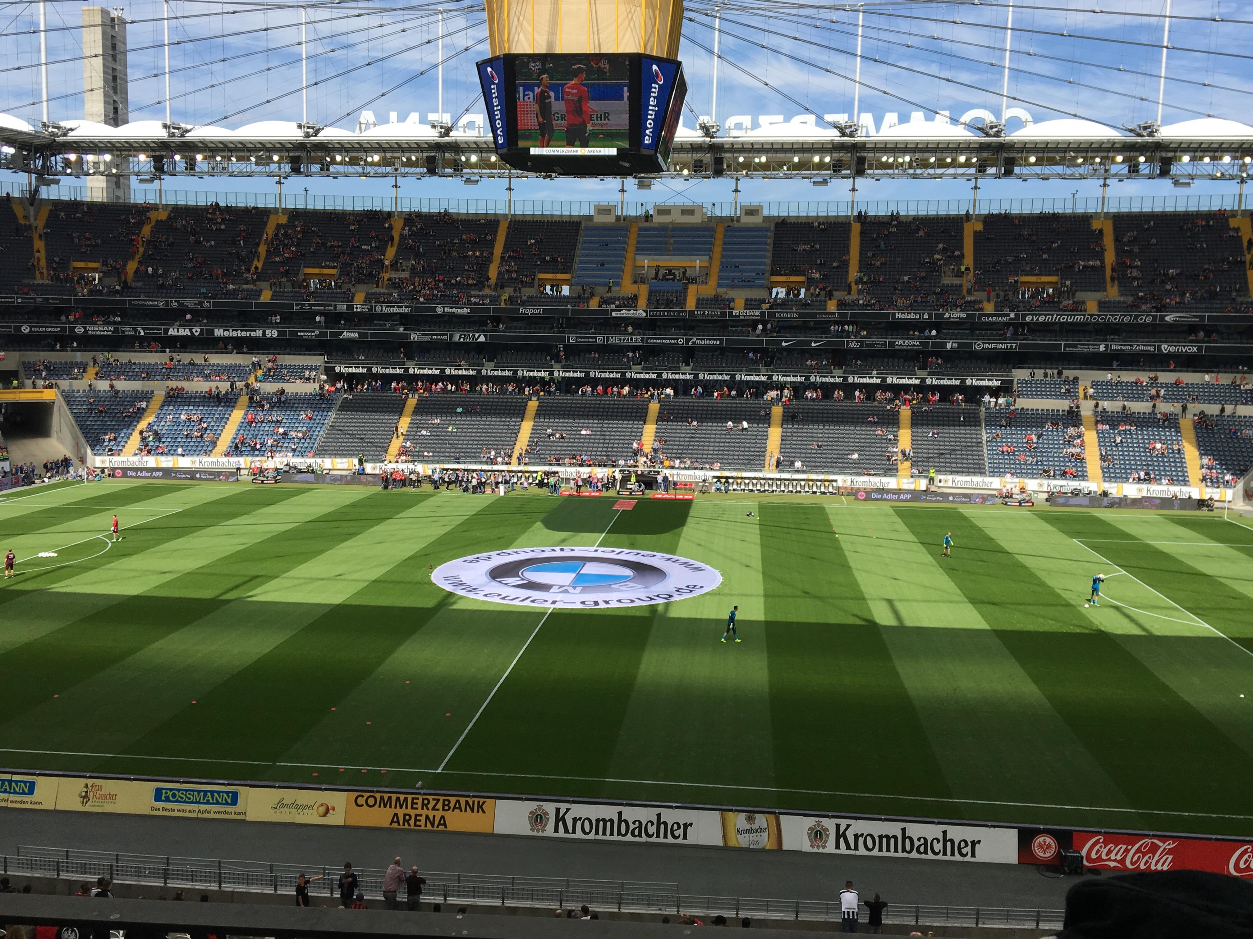 Blick auf Spielfeld und Haupttribüne der Commerzbank Arena: Johannes besuchte am 15.12.2019 die Schalker Veltins-Arena