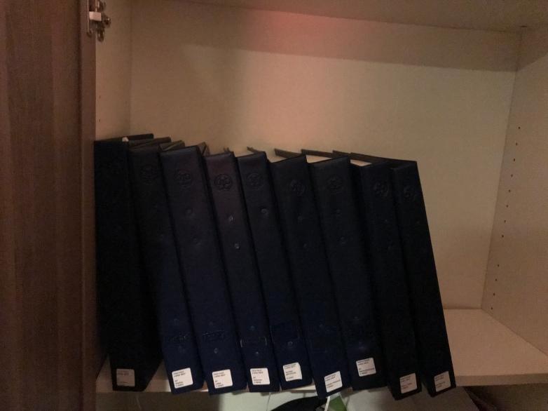 Blindenschriftbücher stehen im Regal.