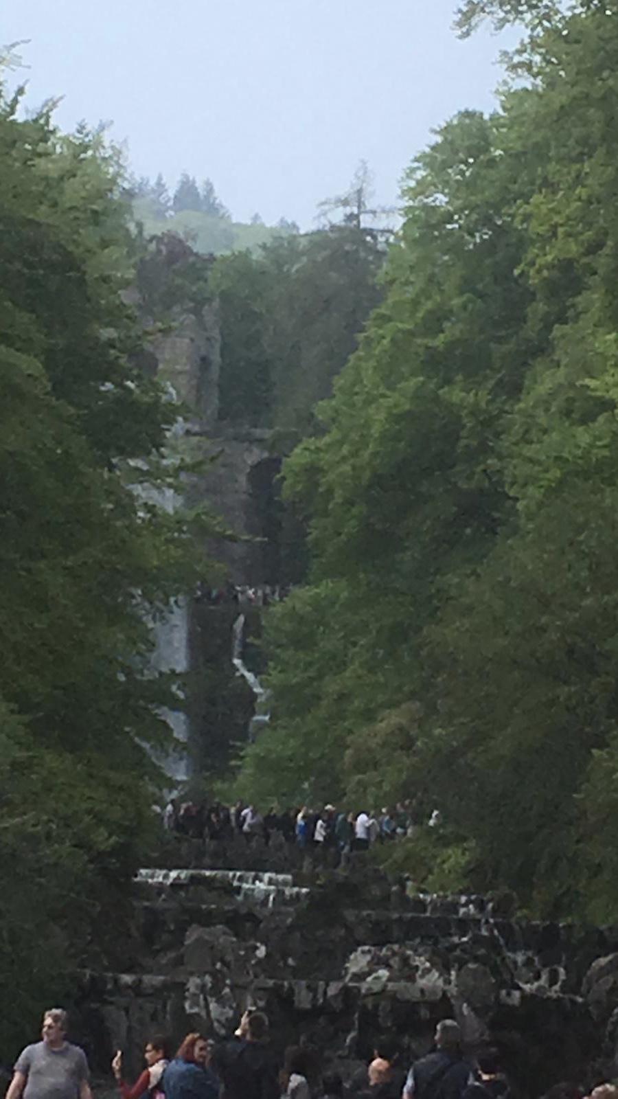 Wasserfall läuft über eine steinerne Treppe
