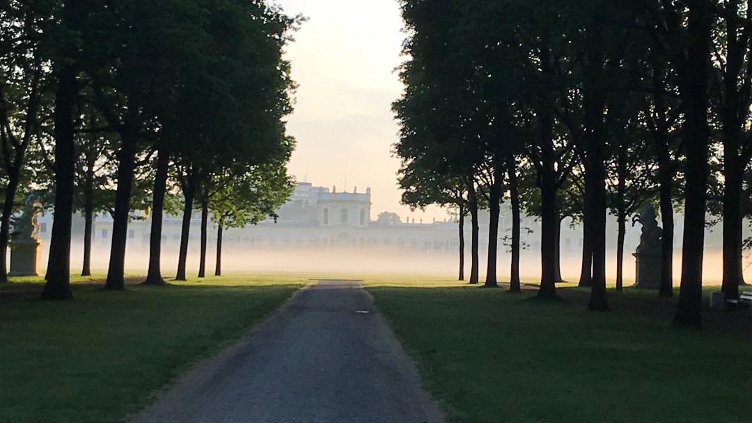 Schloss Orangerie in der Kasseler Karlsaue am Morgen im Nebel eingehüllt.