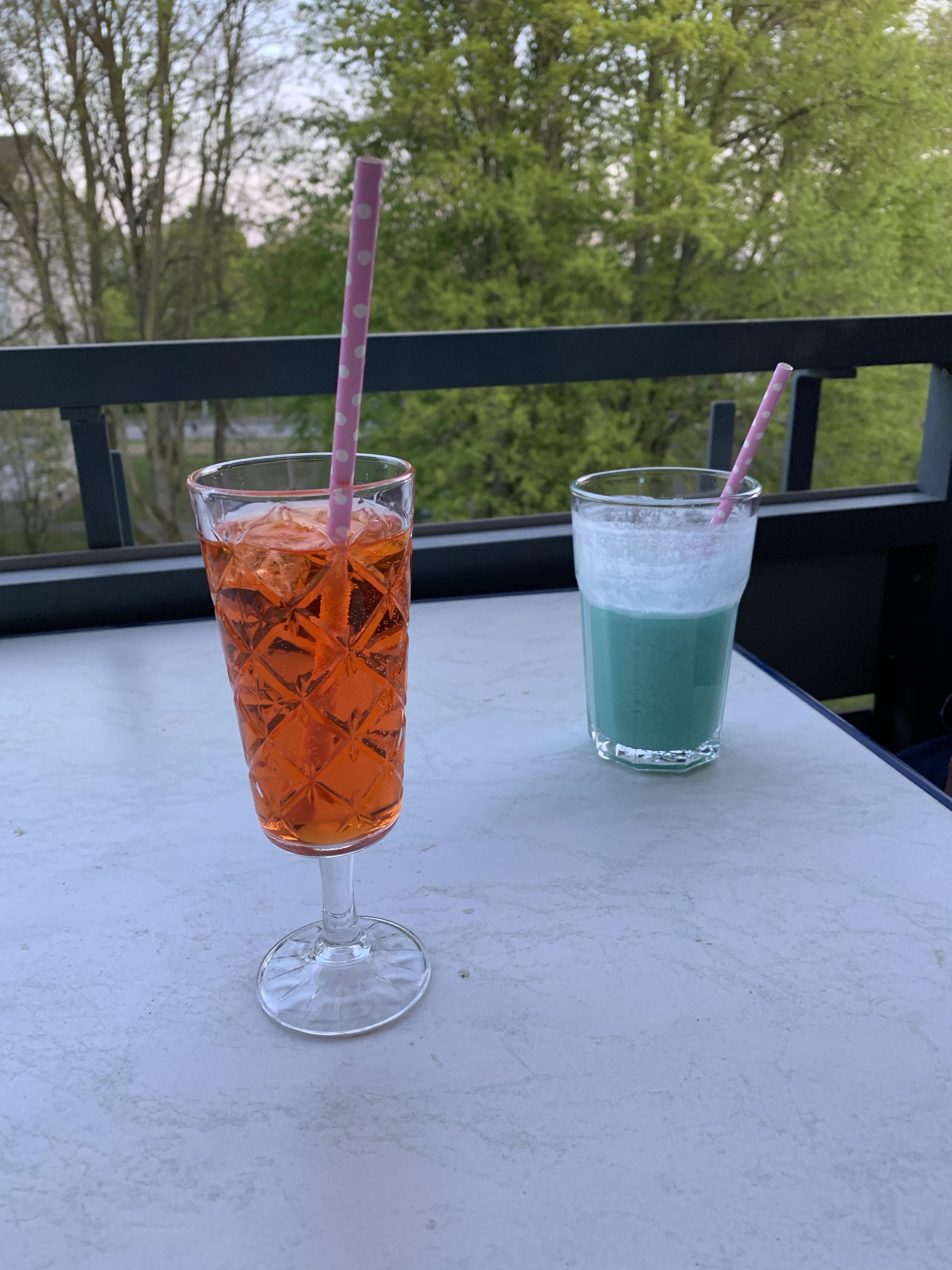 2 Cocktails auf dem Tisch auf dem Balkon